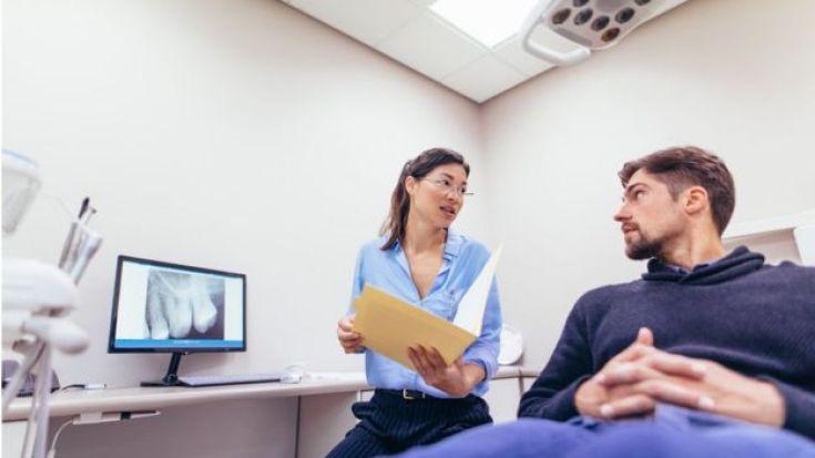 Una odontóloga con su paciente