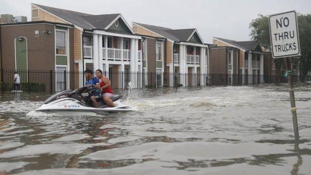 Una pareja abandona su hogar en Houston en moto acuática.