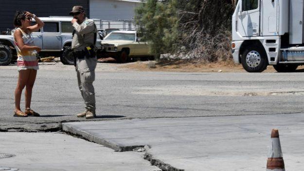 Otras de las grietas que dejó el terremoto cerca de Trona, California.
