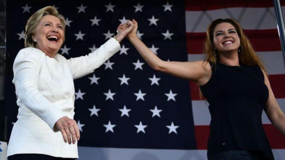 Hillary Clinton y Alicia Machado (derecha).