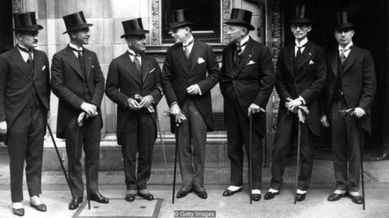 Trong những năm 1920, đàn ông chỉ mặc những bộ com lê ngắn vào những dịp chính thức vào ban ngày, trong khi một chiếc áo vét buổi sáng là trang phục tiêu chuẩn.