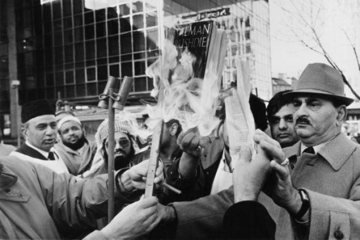"""الجموع تحرق كتاب """"آيات شيطانية"""" في مدينة برادفورد في انجلترا"""