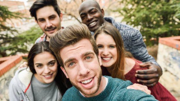 Un grupo tomándose un selfie