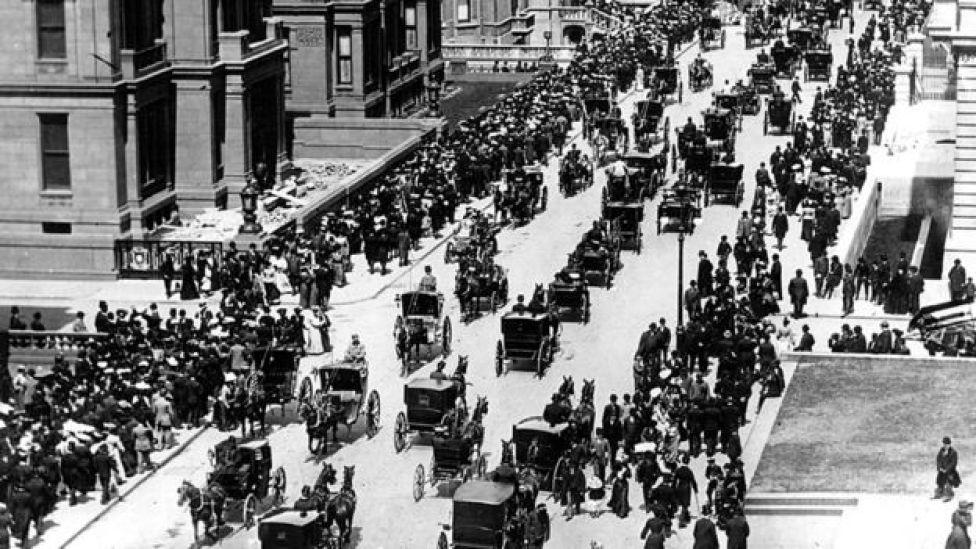 Quinta Avenida de Nueva York repleta de coches jalados por caballos.