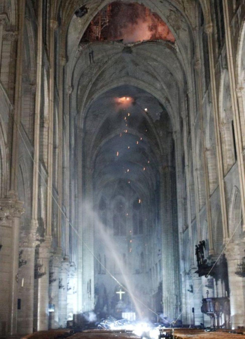 الكاتدرائية من الداخل بعد الحريق