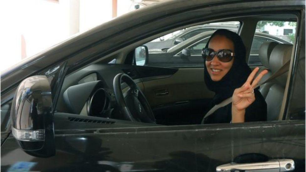 ناشطة سعودية تشير بعلامة النصر وهي تقود سيارة