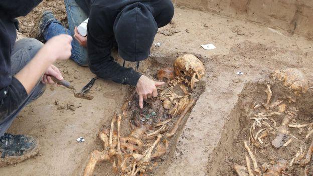 Skeletons discovered at building site in Frankfurt, western Germany, on 17 September 2015 Image copyright AFP