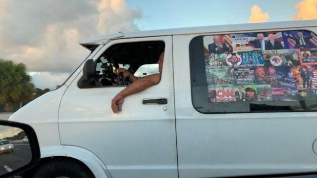 El sospechoso conduciendo una furgoneta.