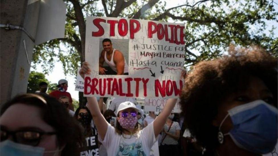 Una mujer con un cartel en una protesta