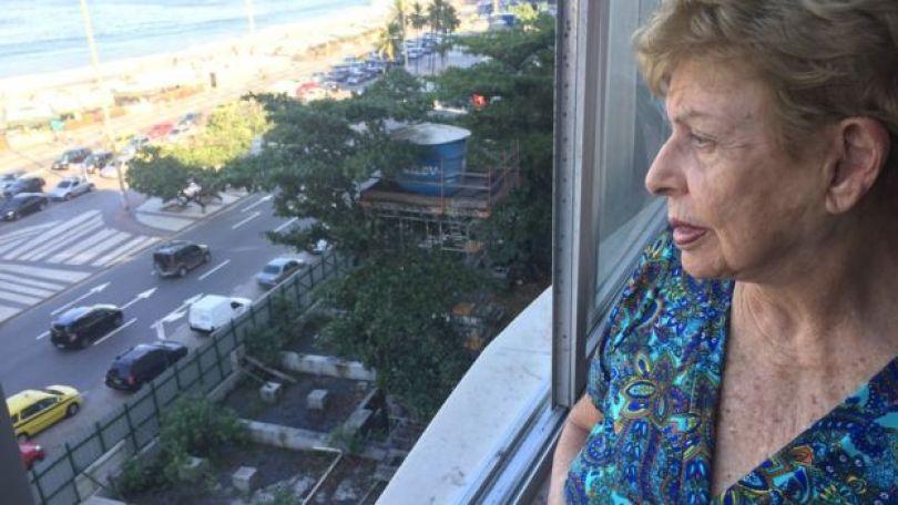 A moradora Alice Gonzaga olha de sua janela para tereno em que ocorre obra de museu