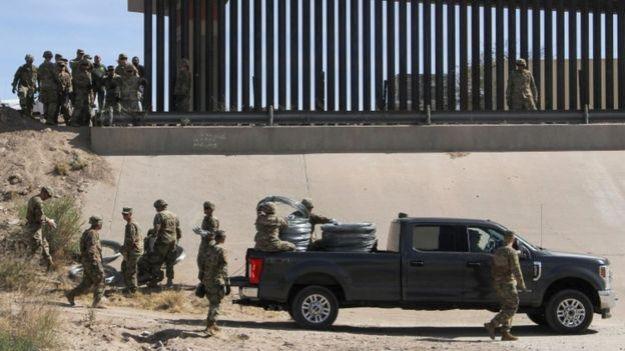 Soldados trabajando en la frontera de México