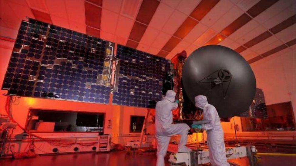 علماء إماراتيون يعملون في إعداد مسبار المريخ