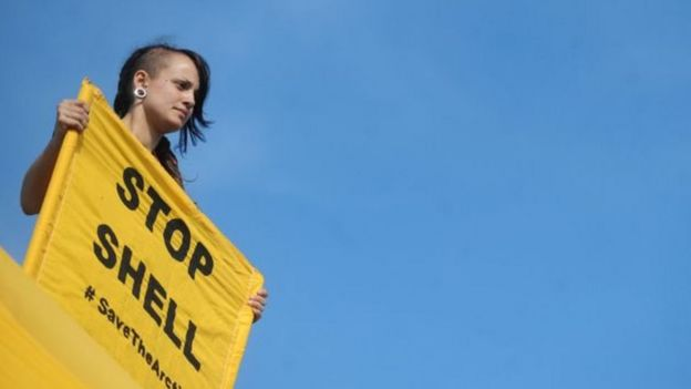 Mulher protesta contra petrolífera
