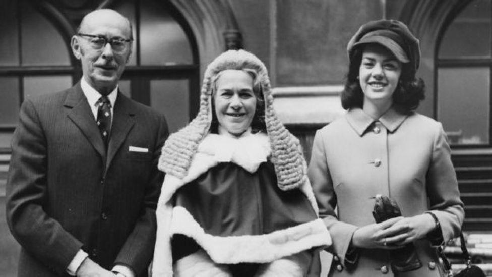Rose Heilbron (1914-2005) llega a la Cámara de los Lores en Londres con su marido, Nathaniel Burstein, y su hija Hilary.