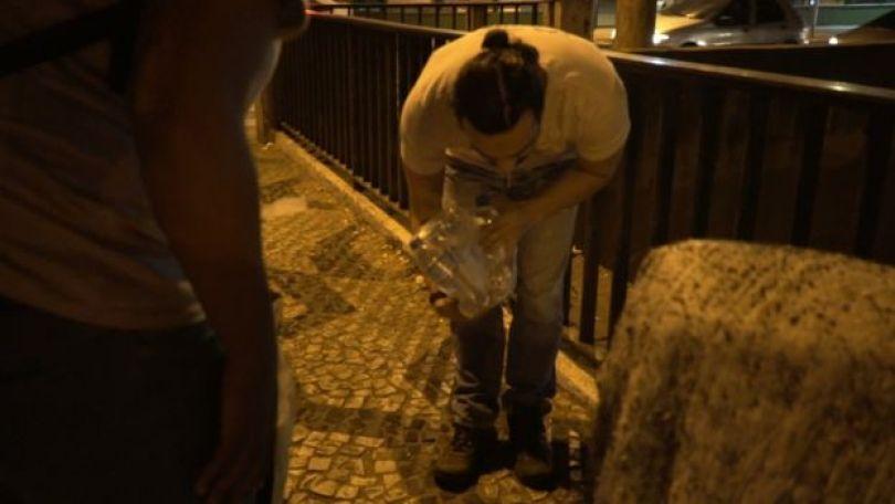 Voluntário entrega garrafas de água no centro de São Paulo