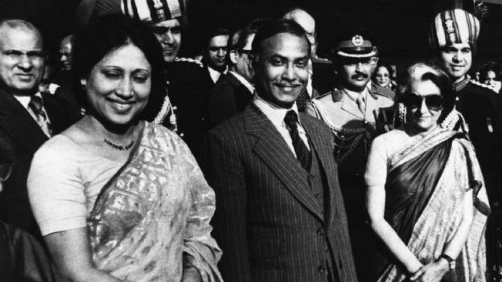 জিয়াউর রহমান স্ত্রী খালেদা জিয়াকে নিয়ে ভারত সফরে ১৯৮০ সালে। ডানে ভারতের তৎকালীন প্রধানমন্ত্রী ইন্দিরা গান্ধী