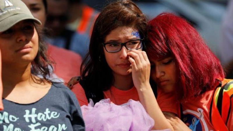 Adolescente chora em protesto nos EUA contra o fim do Daca