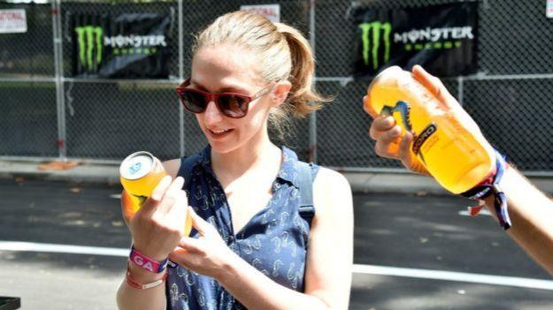 Clientes mirando latas de Monster