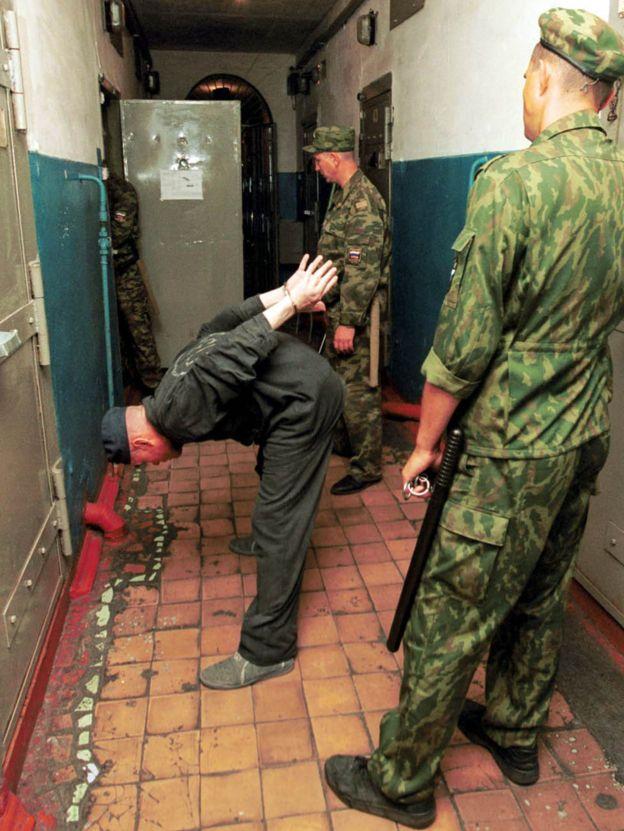 Un recluso en una prisión de alta seguridad en Sosnovka, en la república rusa de Mordovia, con las manos esposadas tras la espalda