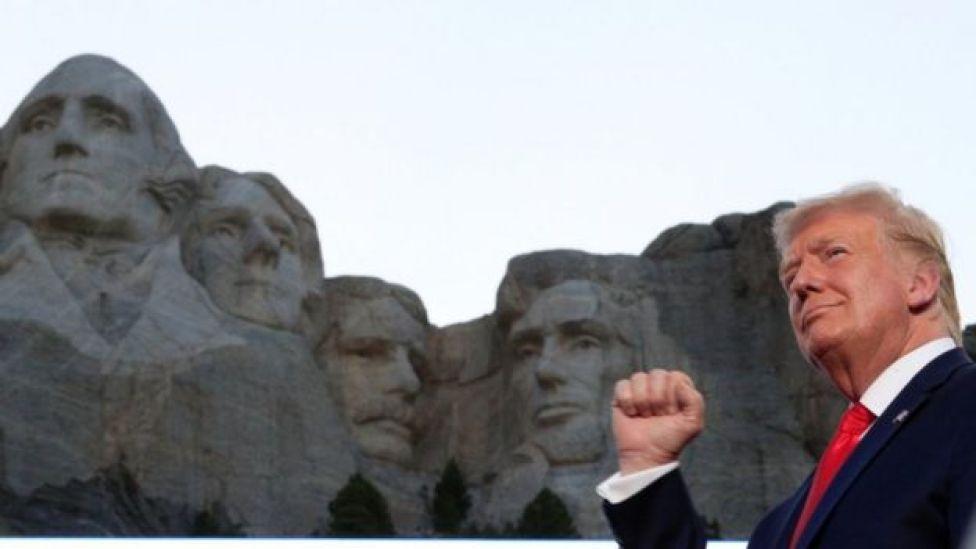 Le président Trump se tient devant le mont Rushmore