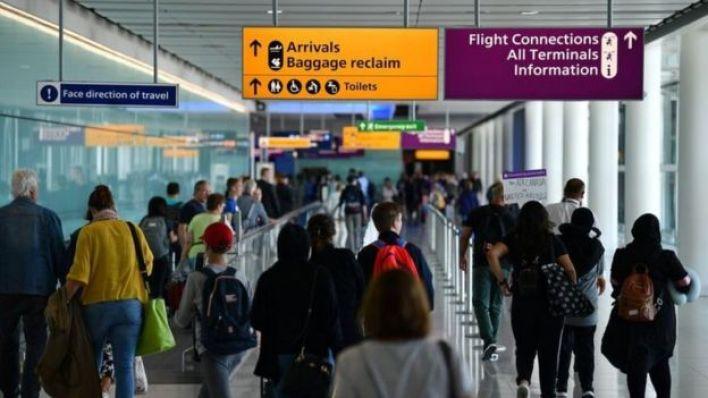مسافرون في المطار