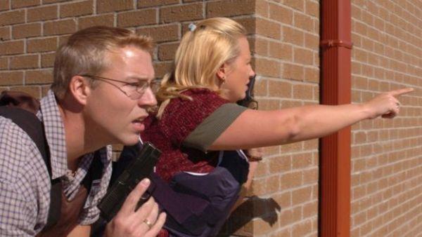 Personal de seguridad de la base militar en Fort Hood, Texas, responden a la alerta de un hombre armado en los predios.