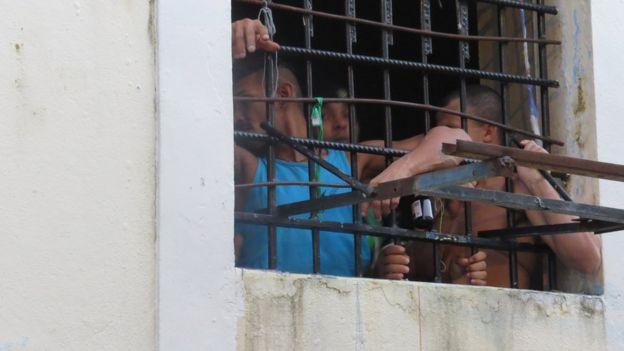 Presos na cadeia