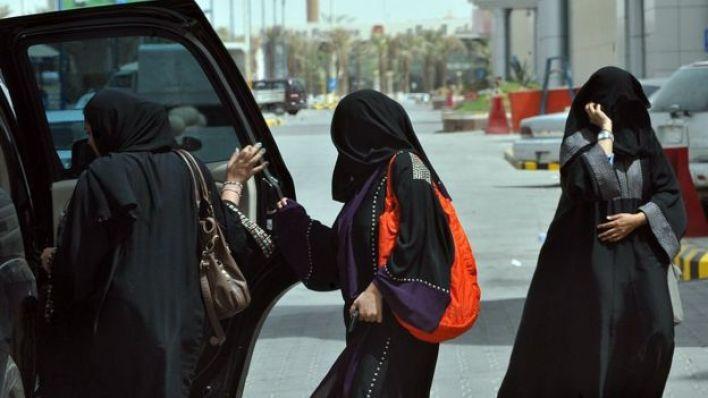 أرشيف- سيدات تركبن إحدى السيارات في المملكة