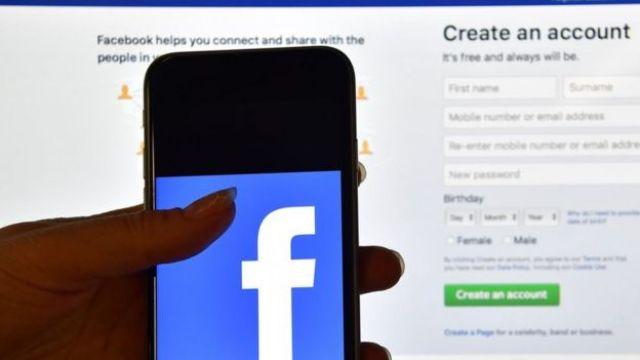 teléfono con el logotipo de Facebok
