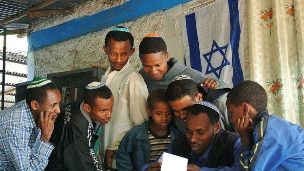 يهود إثيوبيون في كنيس بإثيوبيا يتهيأون للانتقال إلى إسرائيل في نوفمبر 2012