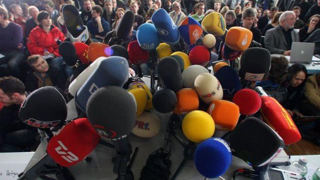 Micrófonos en una conferencia de prensa