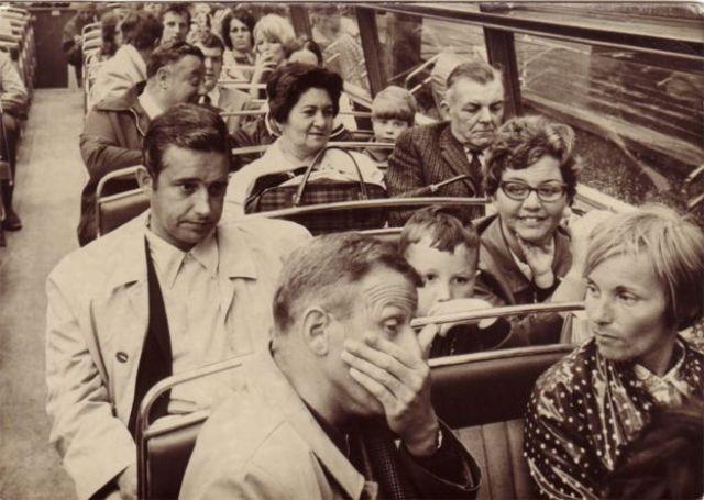 Mary et son mari dans un bus londonien (troisième rangée)