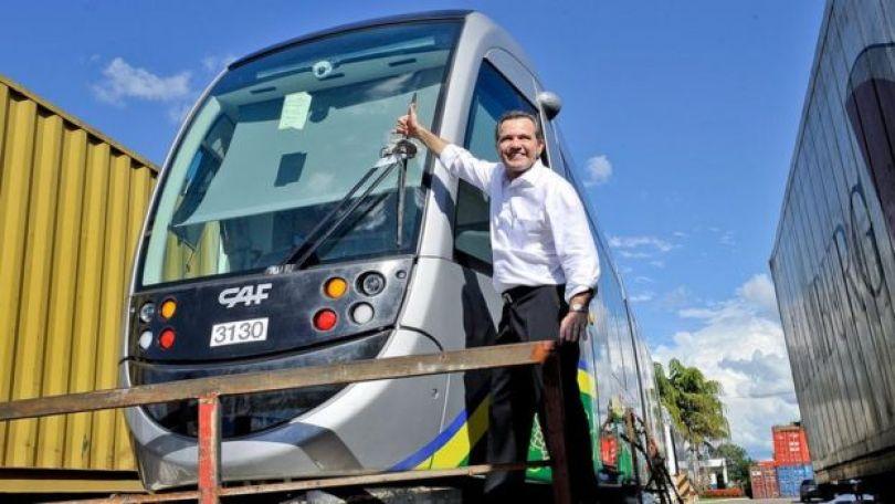 Ex-governador Silval Barbosa (MDB) com vagão do VLT
