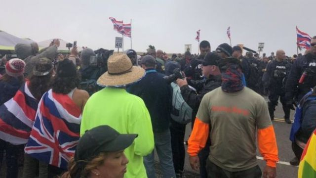 Manifestantes que se opõem à construção do TMT em Mauna Kea.