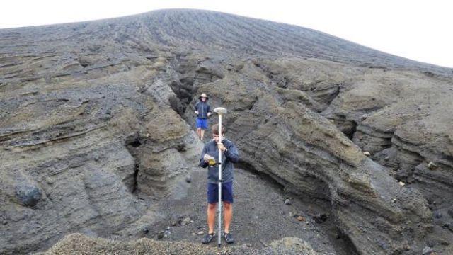 Estudantes com unidades de GPS em nova ilha que surgiu no Pacífico