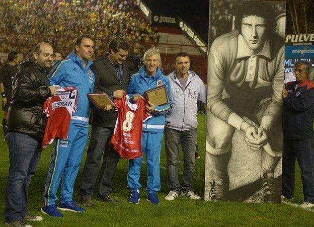 Pékerman (cuarto de izquierda a derecha) recibió un homenaje de Argentinos Juniors antes de un partido amistoso entre Colombia y Costa Rica.