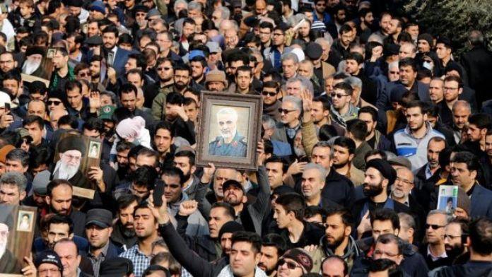 Kasım Süleymani'nin ölümünün ardından toplanan İranlılar