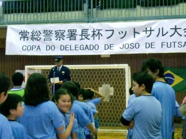 Agente de la policía en una escuela de Japón.