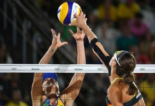 La alemana Kira Walkenhorst clava el balón durante la final de voleibol playa femenino entre Alemania y Brasil en Río de Janeiro el 17 de agosto.