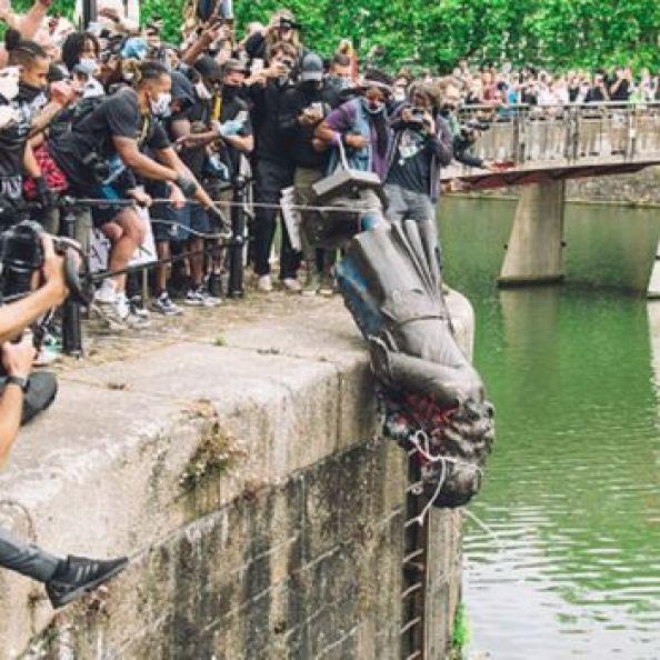 Colston heykeli nehre atıldı