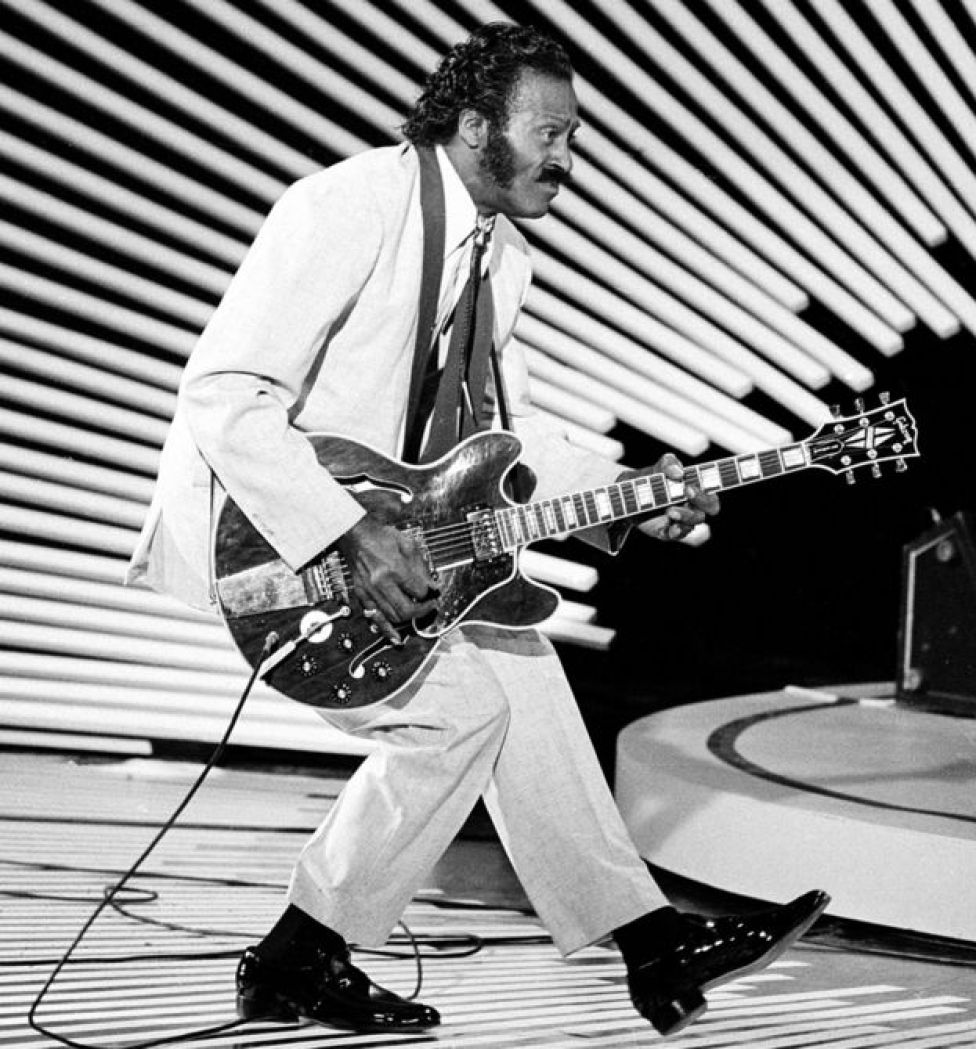 Chuck Berry tocando la guitarra