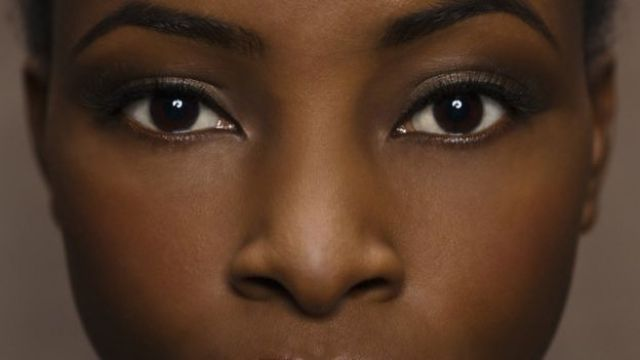 Primer plano de mujer negra.