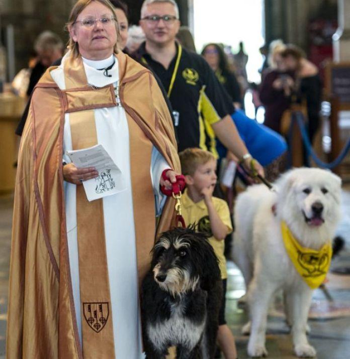 الكاهنة جيسيكا مارتن قادت القداس بصحبة كلبها غونزو