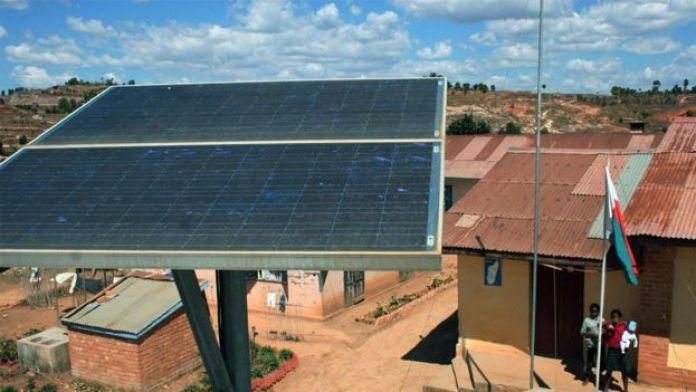 Panel solar gigante en país en vías de desarrollo.