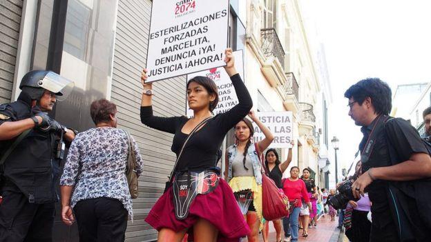 Protesta contra las esterilizaciones forzadas en Perú