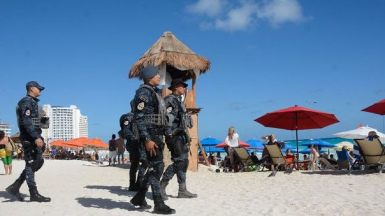 Policías federales vigilan las playas de Cancún.