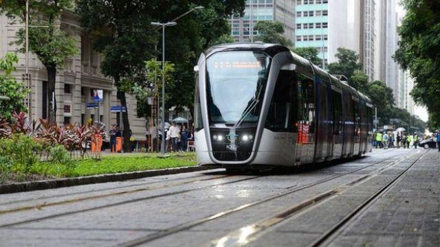 Rio de Janeiro - Viagem inaugural do Veículo Leve sobre Trilhos (VLT) Carioca, no centro da cidade