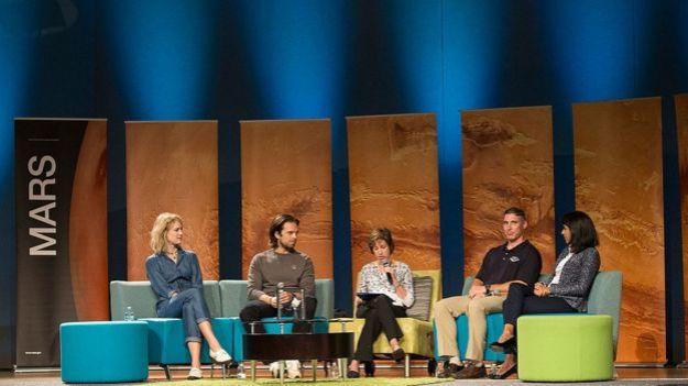 Mackenzie Davis, Sebastian Stan, Dr. Ellen Ochoa, excirectora of Johnson Space Center, Col.Michael S. Hopkins(USAF), astronauta de la NASA y Pooja Jesrani, Controladora de la EEI en el Centro Espacial Lyndon B. Johnson en Houston, Texas, en 2015.