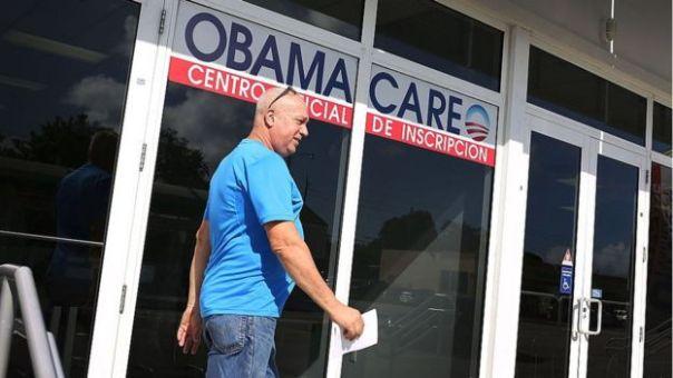 Un hombre entra en una oficina del Obamacare.