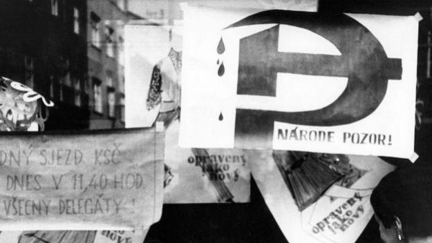 Плакаты в пражской витрине, август 1968 года